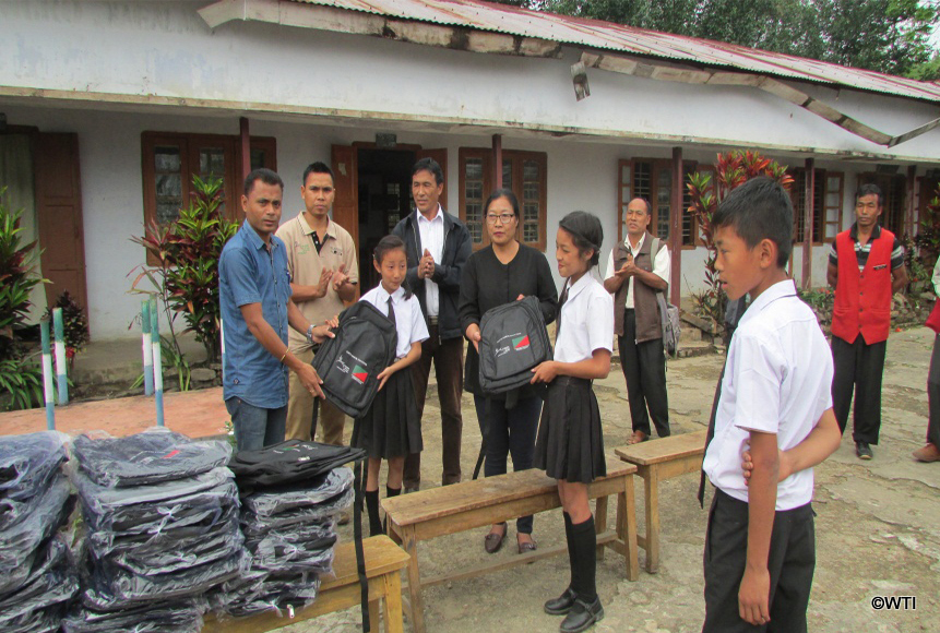 wtis-dilip-deori-distributing-bags-to-schoolchildren-at-pangti-village